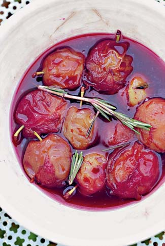 Plums with red wine and rosemary